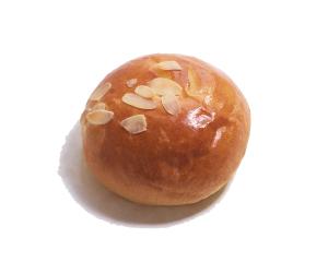 クリームパン 160円:卵のまろやかコクが味わえる、自家製のカスタードクリームのやわらかクリームパン。