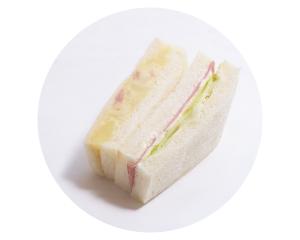 ハムとポテトのサンド 240円:たっぷりの自家製ポテトサラダとハムの定番サンドイッチです。