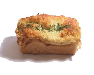 オニオンブレッド 240円:外側は玉ねぎとチーズで香ばしく、中も玉ねぎの甘さたっぷり。しっとりきめ細かいオニオンブレッドです。