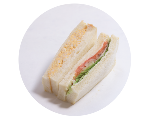 サーモンとたまごのサンド 240円:口溶けのいいサーモンとたまごを、イタリアンドレッシングであえたスライス玉ねぎとともに合わせました。